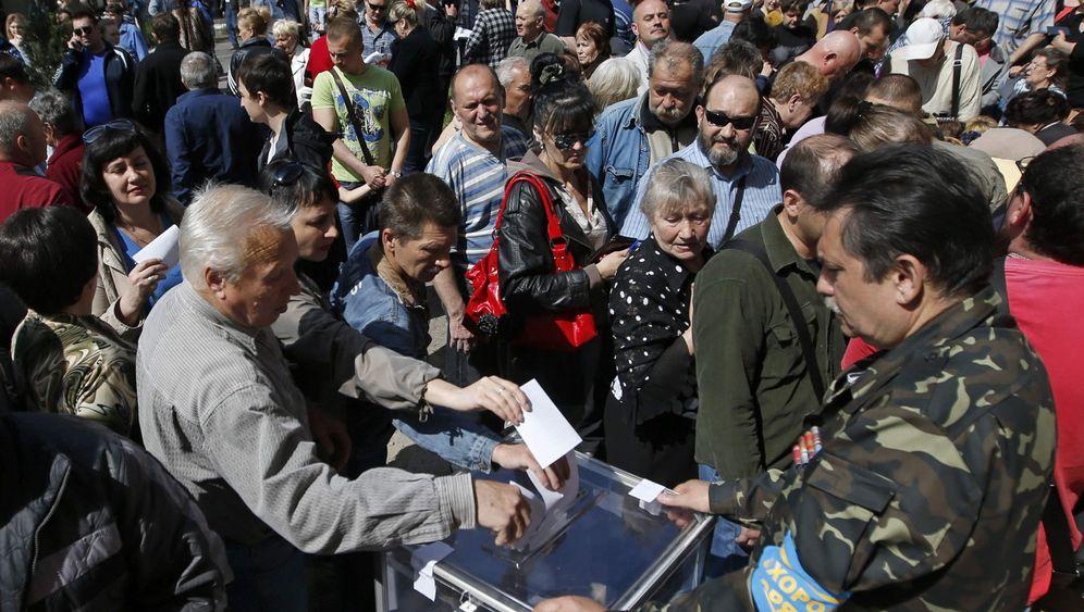 Donezk und Luhansk: Abstimmung im Tarnanzug
