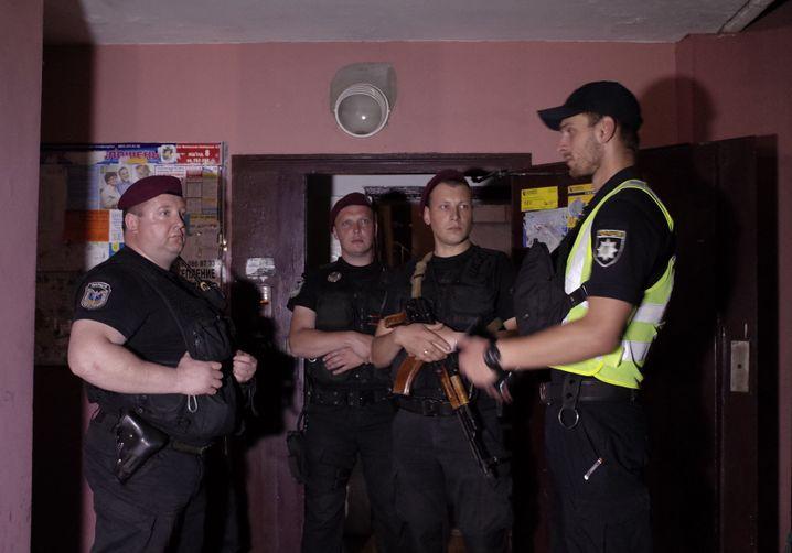 Polizisten vor der Wohnung von Babtschenko