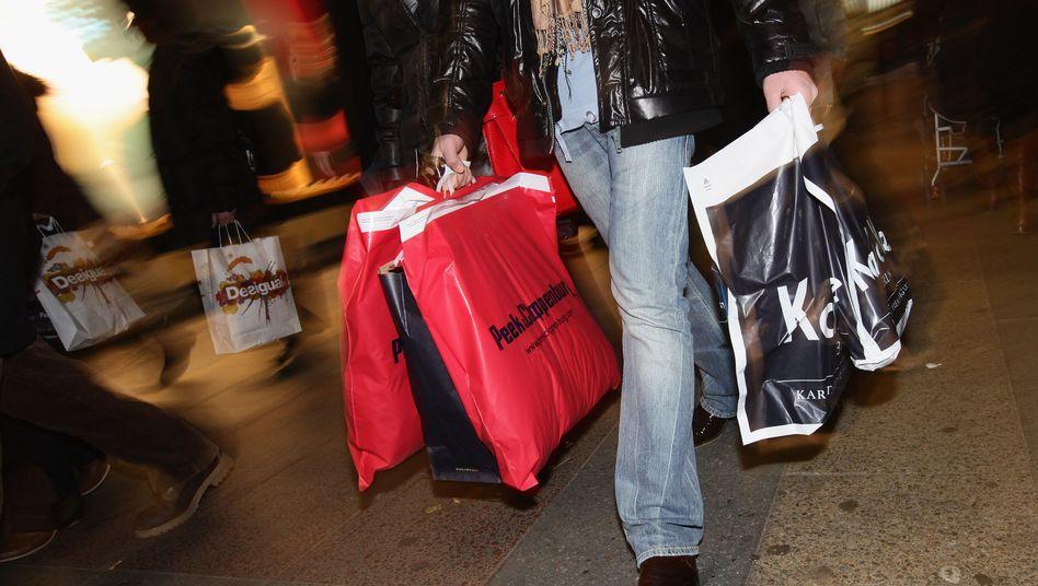 Shopping in Berlin: Die Konsumenten erwarten mehr Geld - und wollen es nicht ausgeben
