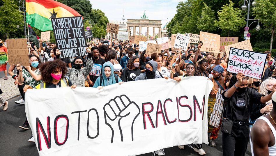 Anti-Rassismus-Proteste vor dem Brandenburger Tor im Juli 2020 in Berlin