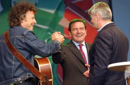 Wahlhelfer Wolfgang Niedecken (BAP) initiierte ein rot-grünes Wahlkonzert vor dem Brandenburger Tor (mit Kanzler Schröder und Außenminister Fischer)