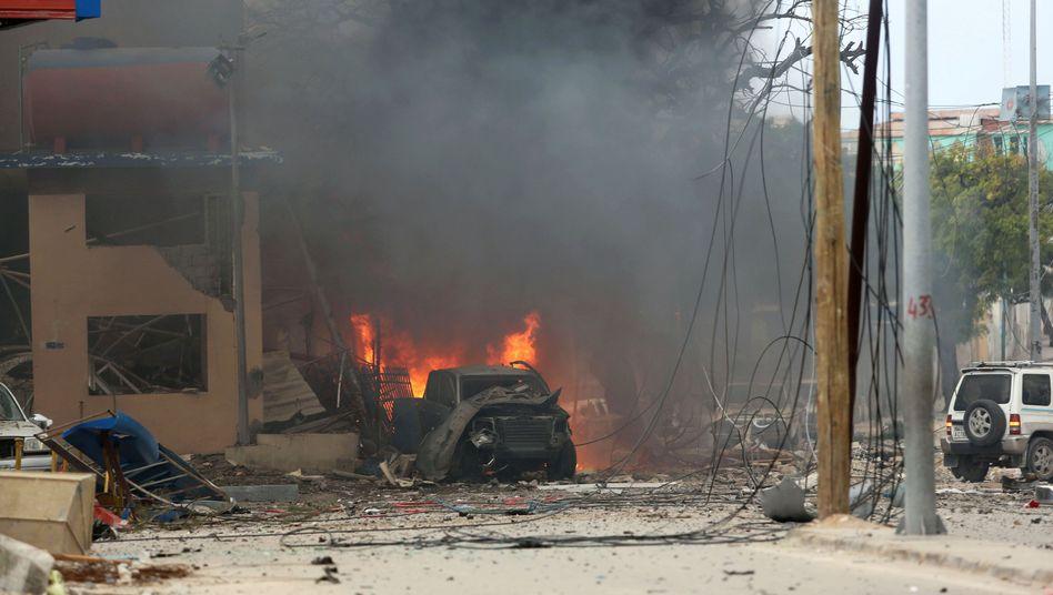 Brennendes Auto vor dem Naasa-Hablood-Hotel in Mogadischu
