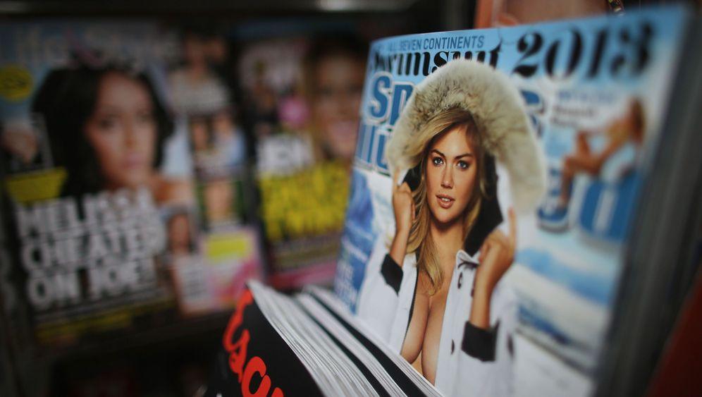 """Bikini-Fotos von """"""""Sports Illustrated"""": Weiße Frauen in bunter Umgebung"""