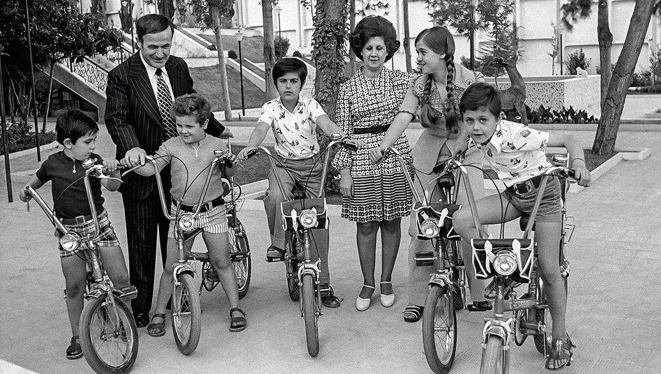 Dynastiegründer Hafiz al-Assad mit Familie 1974 (Sohn Baschar r.)