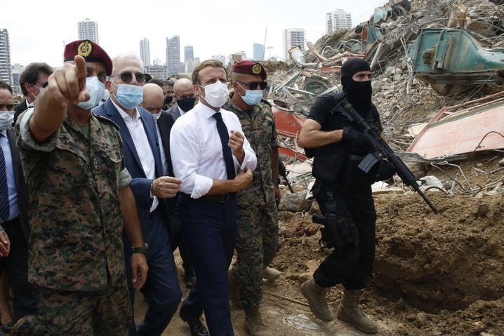 Macron besichtigt das zerstörte Hafengelände von Beirut