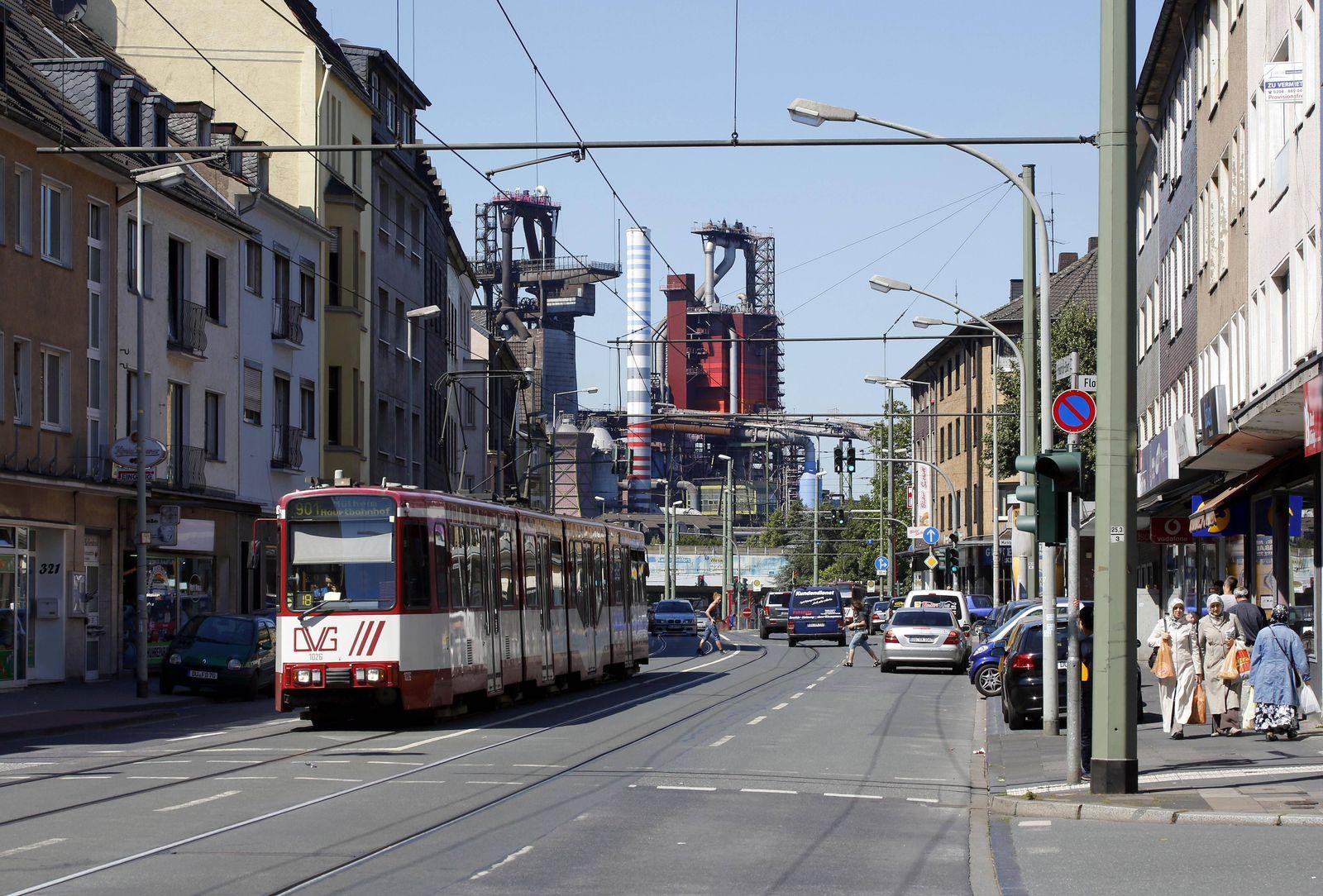 EINMALIGE VERWENDUNG Straßenszene in Duisburg Beeck