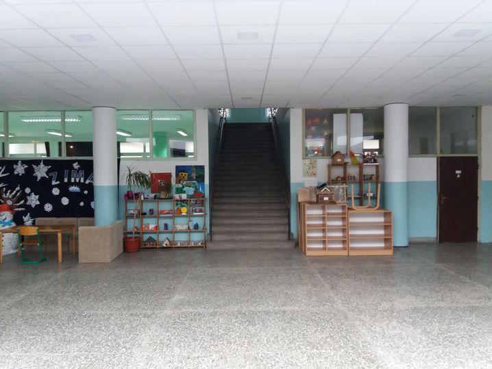 Im Gebäude der geteilten Grundschule: Aufgang zur kroatischen Seite