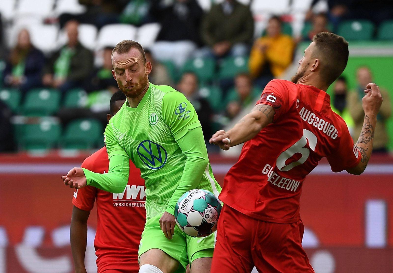 04.10.2020, xjhx, Fussball 1.Bundesliga, VfL Wolfsburg - FC Augsburg emspor, v.l. Maximilian Arnold (VfL Wolfsburg), Je