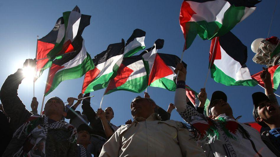 Palästinenser mit Fahnen: Israel versucht Stimmung zu machen