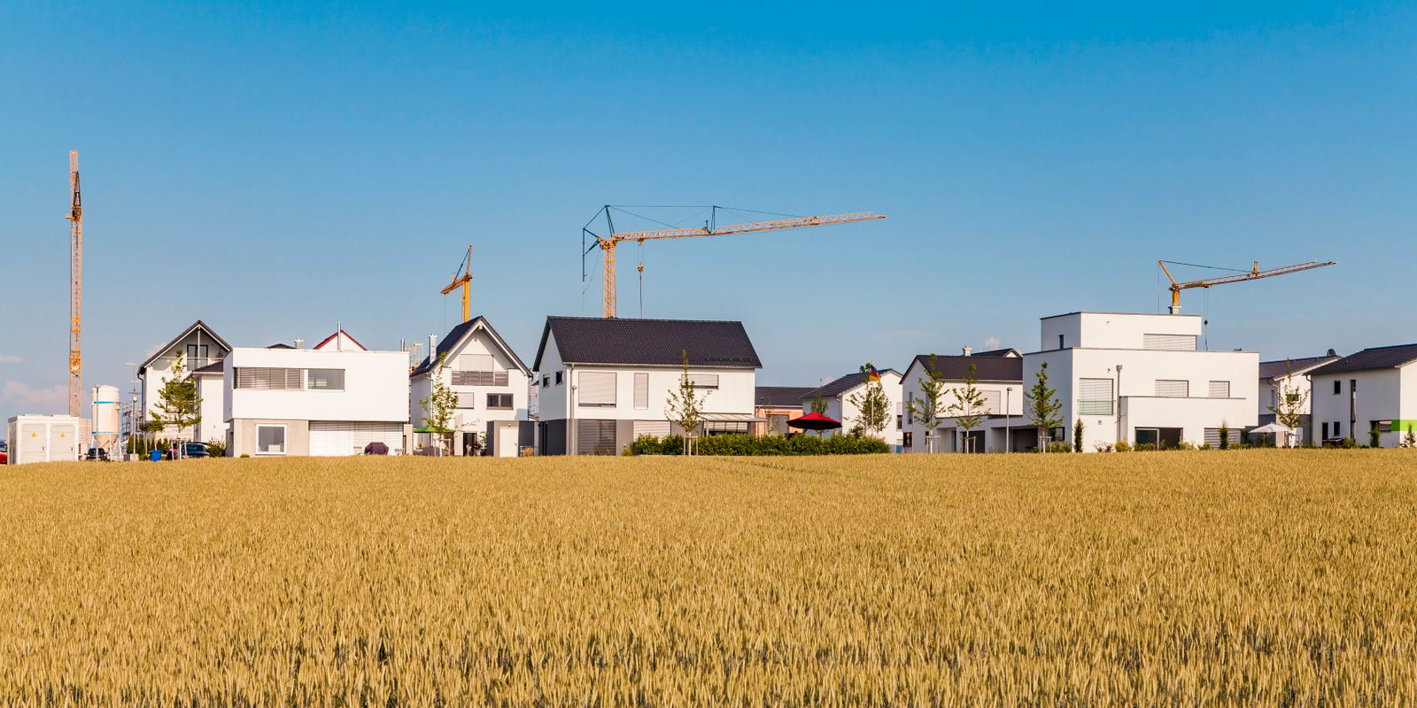 Germany, Baden-Wuerttemberg, Ulm, Lehr, modern one-family houses, cranes