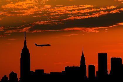 Flugzeug hinter Manhattans Skyline: Forderung nach bewaffneten Sky Marshals