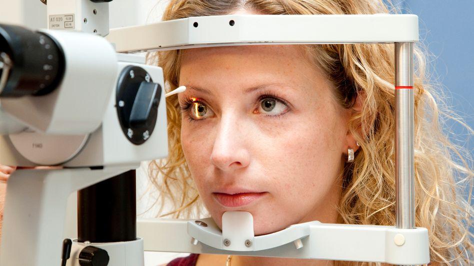Beim Augenarzt: Die Untersuchung mit der Spaltlampe kann klären, um welche Form von Bindehautentzündung es sich handelt