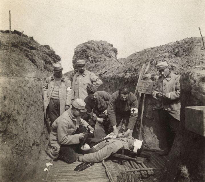 Französische Sanitäter kümmern sich um einen Verwundeten (Mai 1915, Lorettoschlacht in Nordfrankreich)