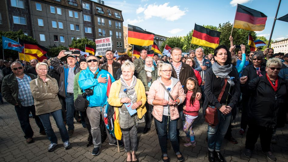 Besucher einer AfD-Kundgebung am 1. Mai in Cottbus