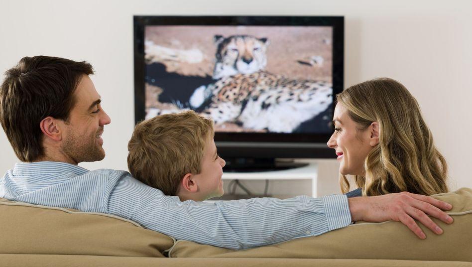 Familie vor dem Fernseher: Typische Freizeitbeschäftigung in Deutschland