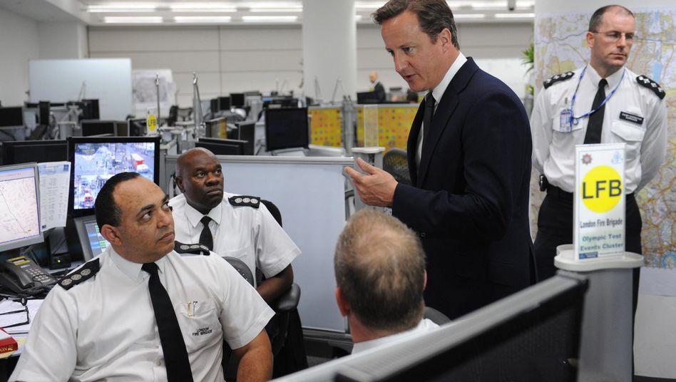 """Cameron (mit Londoner Polizisten): """"Offene Flanke"""" durch Sparpaket"""