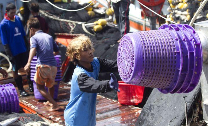Thailands Fischindustrie setzt auf billige Arbeitskräfte aus dem Ausland, dieser junge Mann stammt aus Burma
