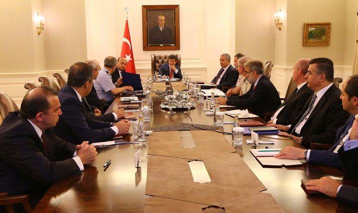 Sicherheitskabinett in Ankara: Premier Davutoglu (M.) ist Regierungschef, aber Präsident Erdogan ist der starke Mann
