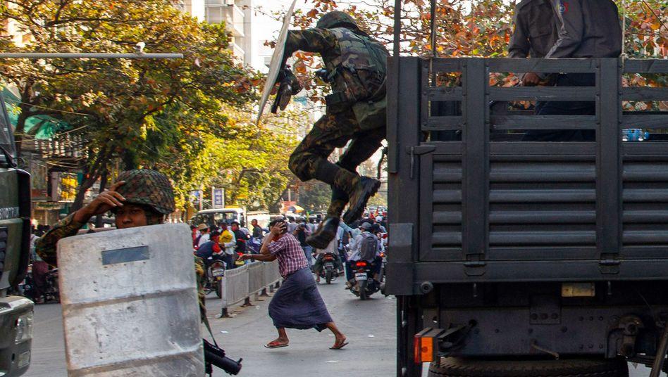 Ein Mann flüchtet vor Soldaten während einer Protestkundgebung in Myanmars zweitgrößter Stadt Mandalay am 15. Februar