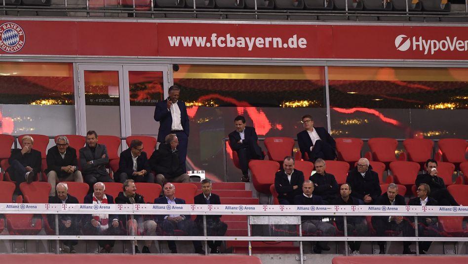 Eng an eng: Während des Spiels gegen den FC Schalke 04 hatten die Vereinsvertreter der Bayern und auch die Gäste aus Gelsenkirchen ohne Abstand und Mund-Nasen-Schutz auf der Ehrentribüne zusammengesessen