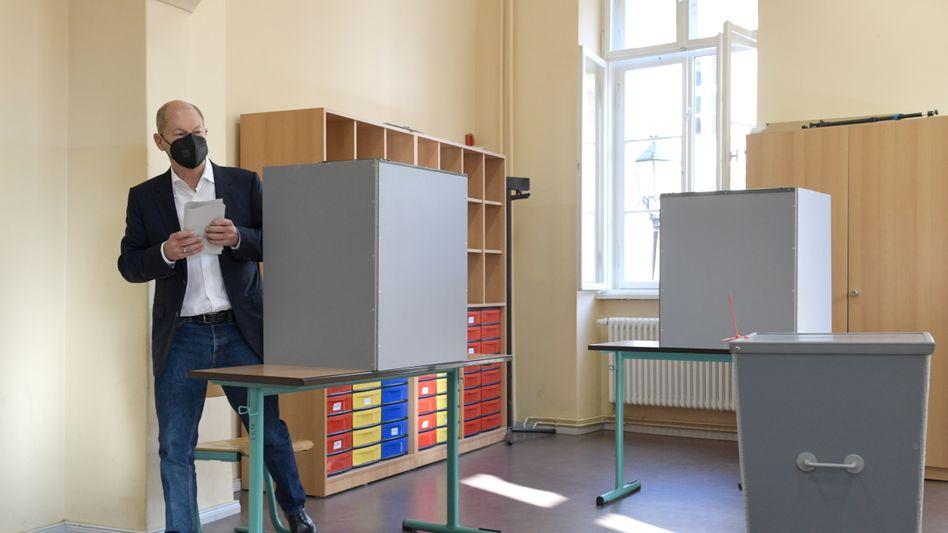 SPD-Kanzlerkandidat Olaf Scholz bei der Stimmabgabe in Potsdam