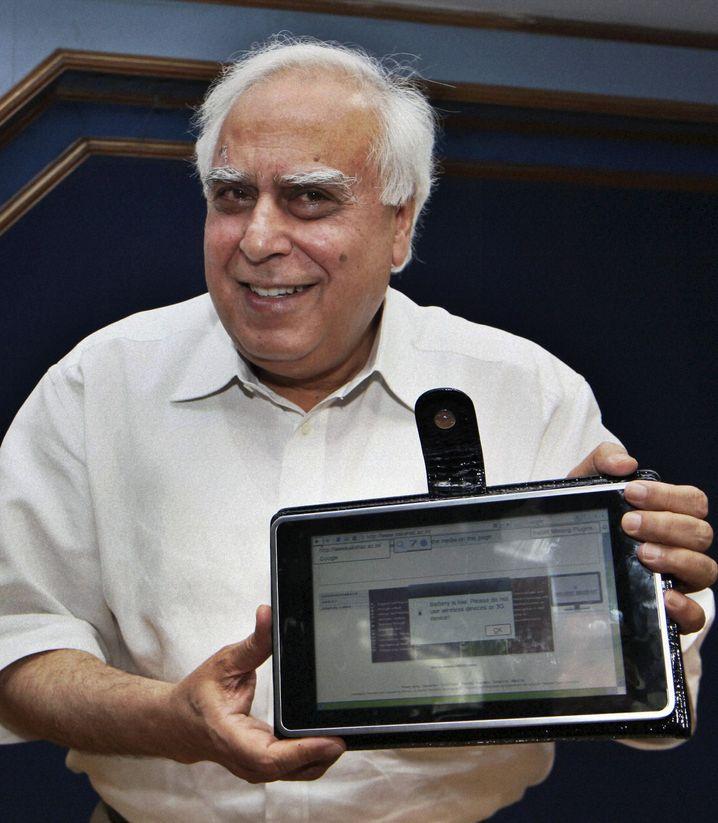 Indiens Erziehungsminister Sibal mit Tablet-PC: Eine Art iPad für 26 Euro?