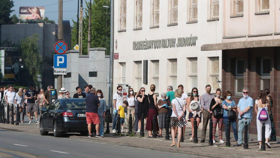 Schlange stehen, um abzustimmen: Die Wähler in Polen schreckt Covid-19 nicht ab, jeder Vierte hatte am Mittag bereits gewählt