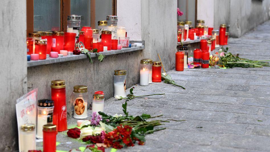 Kerzen und Blumen im Bereich des Tatorts in der Wiener Innenstadt
