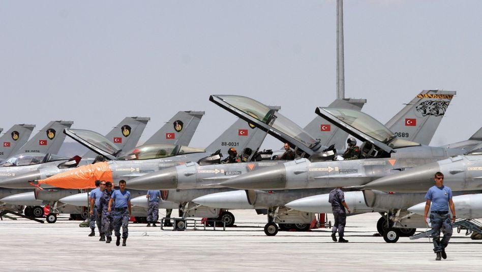 Türkische F-16-Jets (Archivbild von 2009): Maschinen an syrische Grenze verlegt