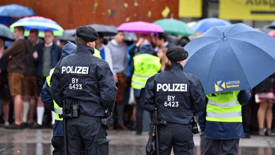 Polizeibeamte unterschiedlicher Größe (in München)
