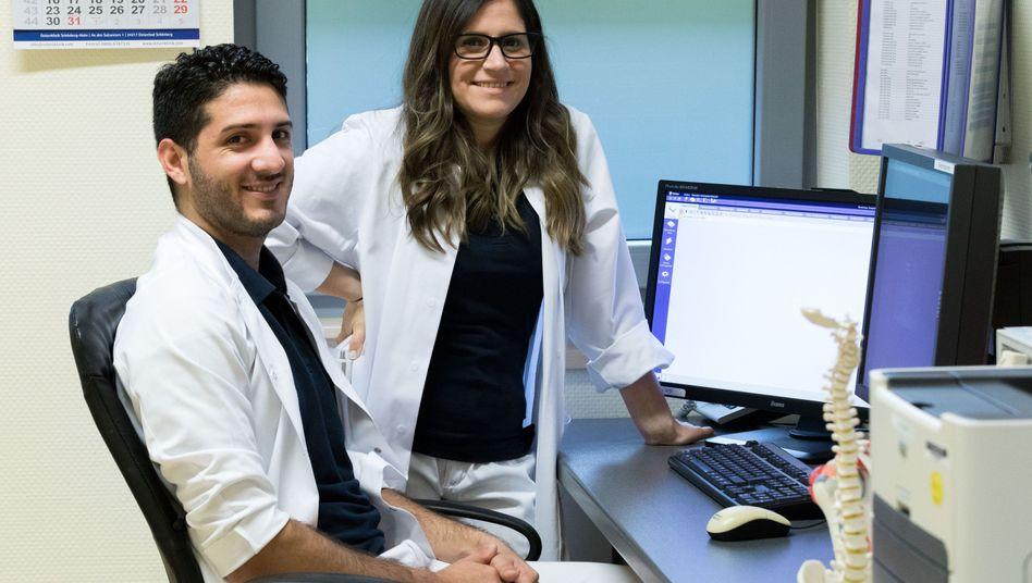 Die argentinischen Ärzte Alvaro Navarro und Diana Grau im Krankenhaus in Leer