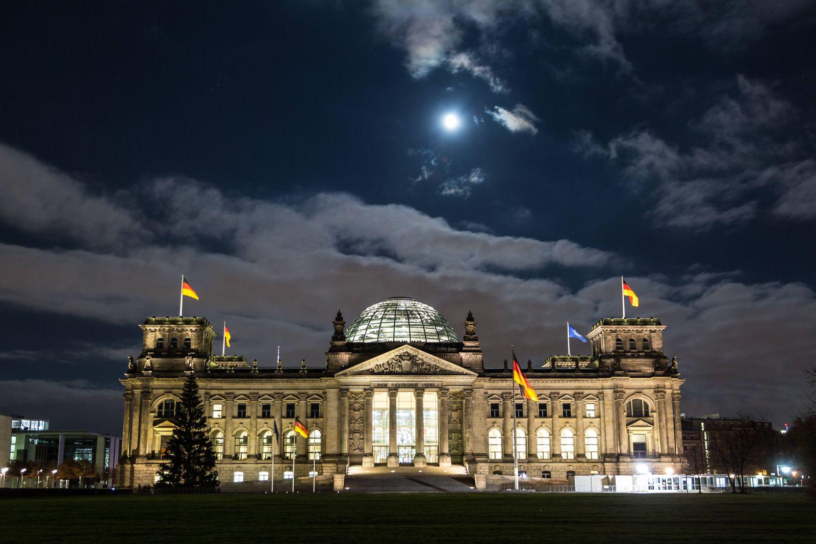 Bundestag mit Mond am Abend am 28.11.2020 *** Bundestag with moon in the evening on 28 11 2020
