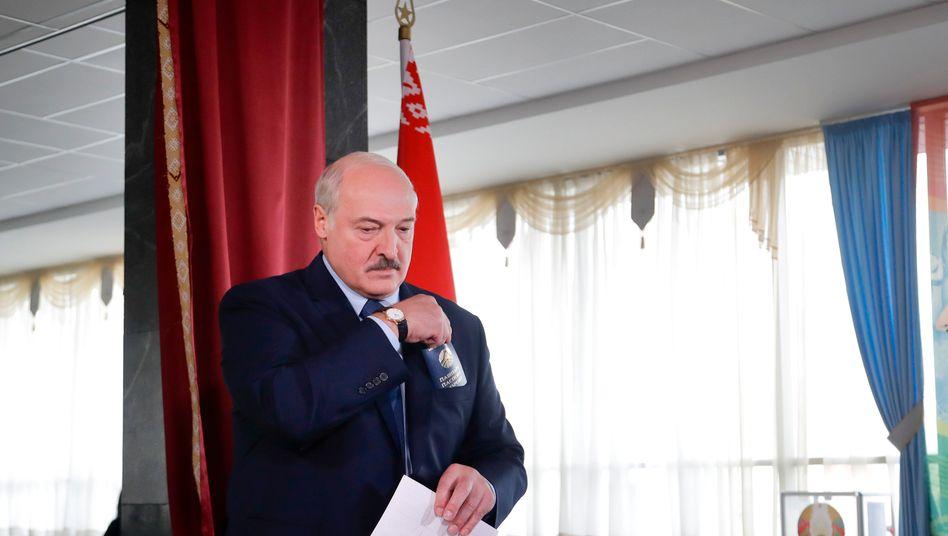 Alexander Lukaschenko bei der Stimmabgabe