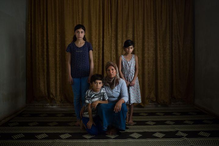 Ehefrau Mohamad Ali mit ihrem Kindern im syrischen Kobane: Jeden Tag zu Fuß zum türkischen Checkpoint