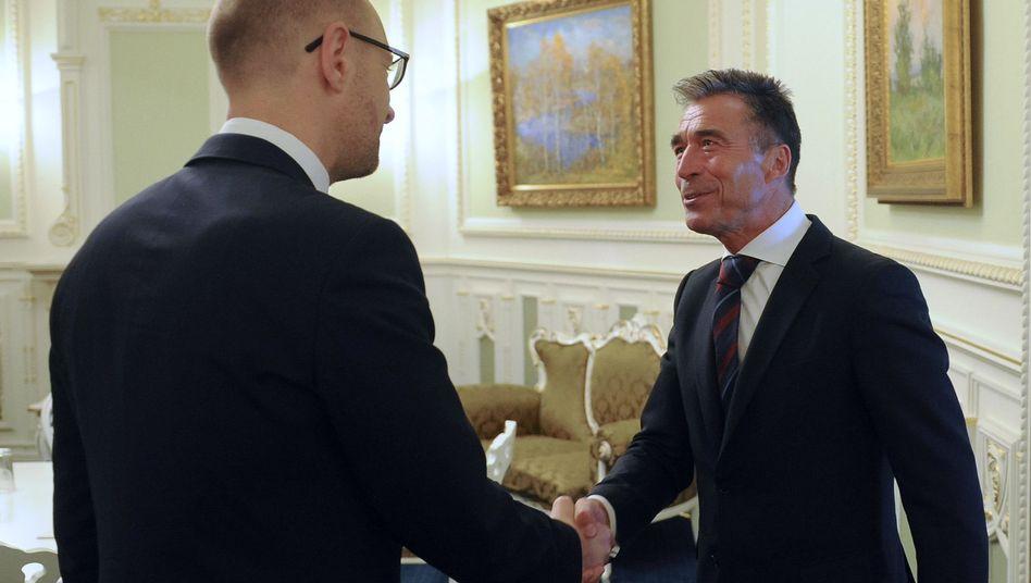 Kiews Premier Jazenjuk und Nato-Chef Rasmussen: Hilfe bei Kommando und Kommunikation