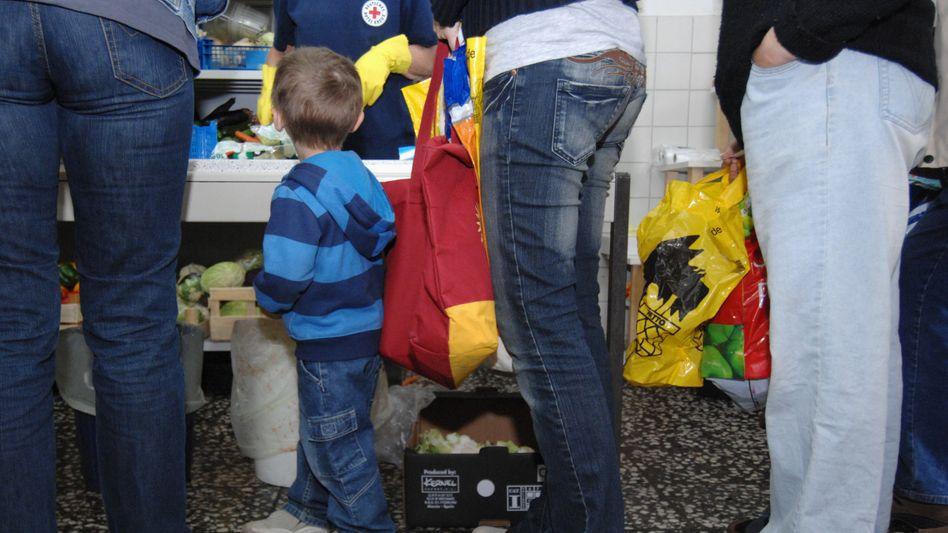Essensausgabe bei einer Tafel: Wer arm ist, leidet nicht nur an Geldmangel