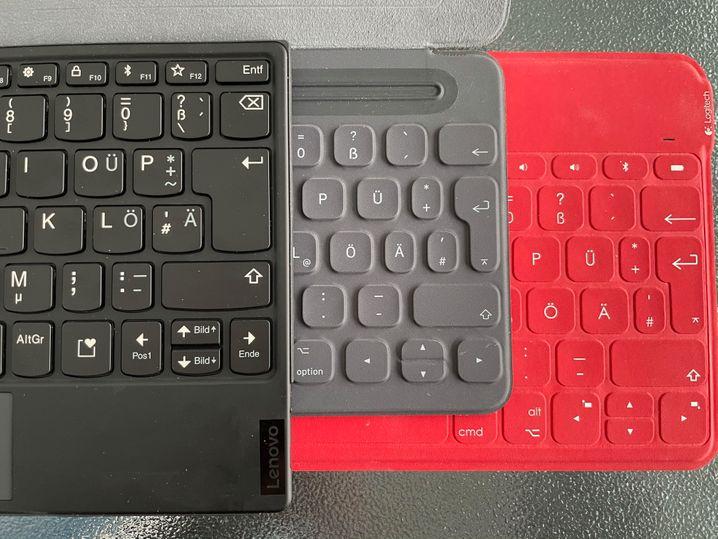 Irgendwas mit Umlauten: Die Lenovo-Tastatur (links) im Vergleich mit einer Apple-iPad-Tastatur und einer Logitech-Tastatur