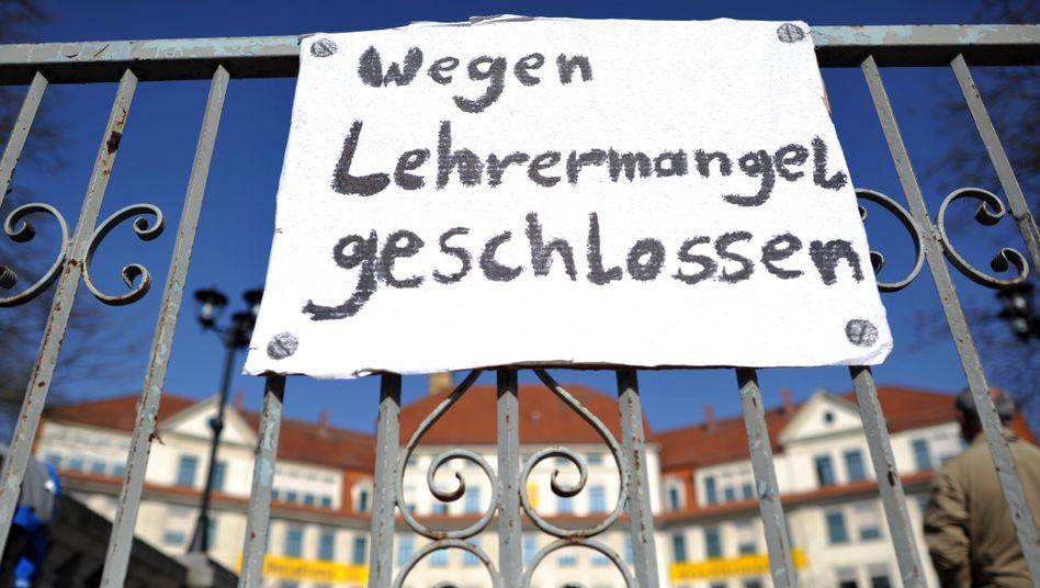 Schild am Tor der Nikolaischule in Leipzig anlässlich eines Aktionstages gegen Lehrermangel (Symbolbild)