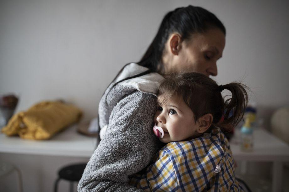 Joana Santos begrüßt ihre zweijährige Tochter, die nachmittags aus dem Kindergarten nach Hause kommt
