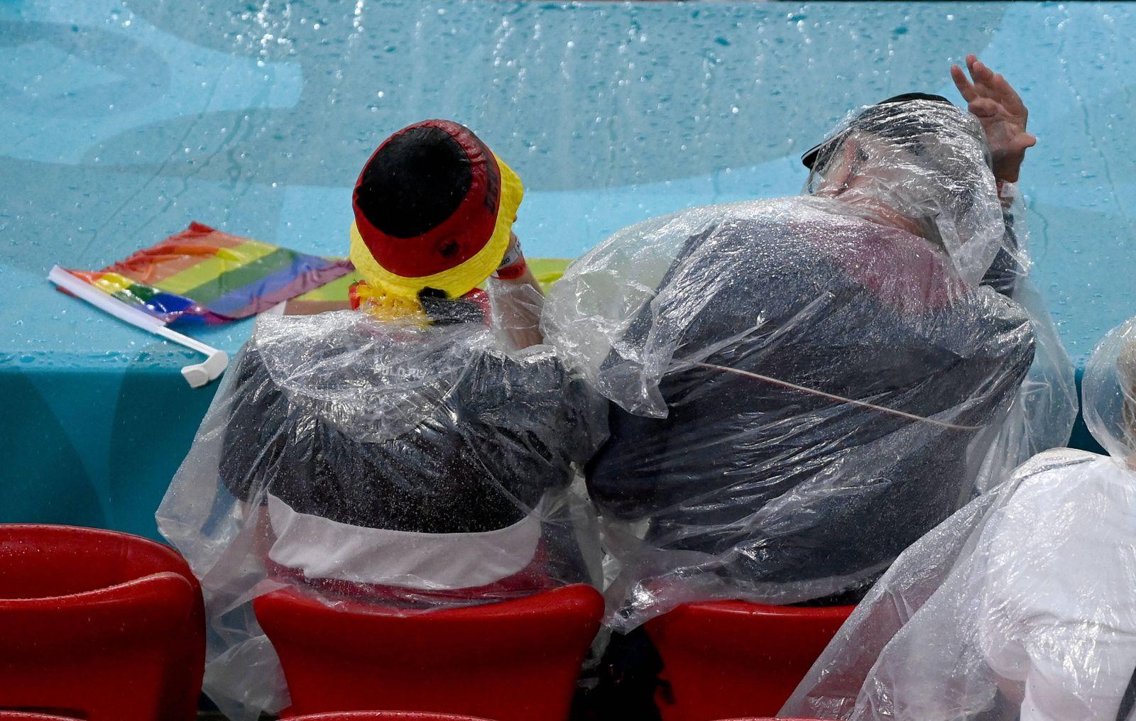 FUSSBALL Euro 2021 GRUPPE C Spiel 36 in Muenchen Deutschland - Ungarn 23.06.2021 Fans sitzen im Regen auf der Tribuene *