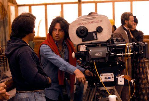 """Michael Cimino (2.v.l.) am Set von """"Heaven's Gate"""""""