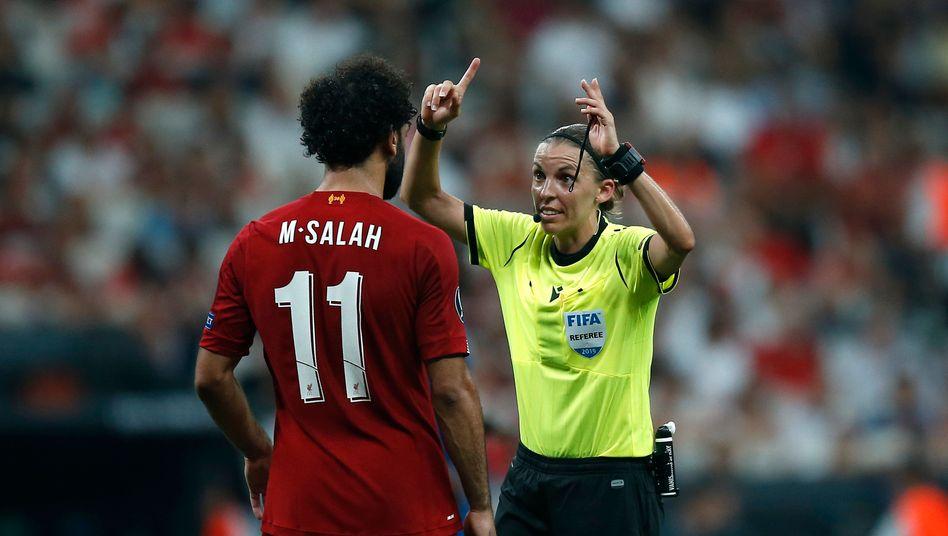 Stéphanie Frappart, hier 2019 im Supercup-Finale zwischen Liverpool und Chelsea, wird die erste Frau in einem Schiedsrichterteam bei einer Fußball-EM der Männer
