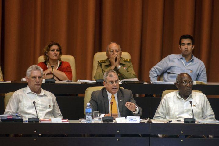 Präsident Miguel Díaz-Canel, Staatssekretär Homero Acosta, Vizepräsident Salvador Valdes Mesa