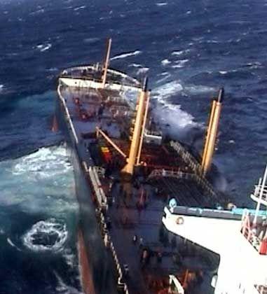 Die 27-köpfige Besatzung des havarierten Frachters konnte evakuiert werden