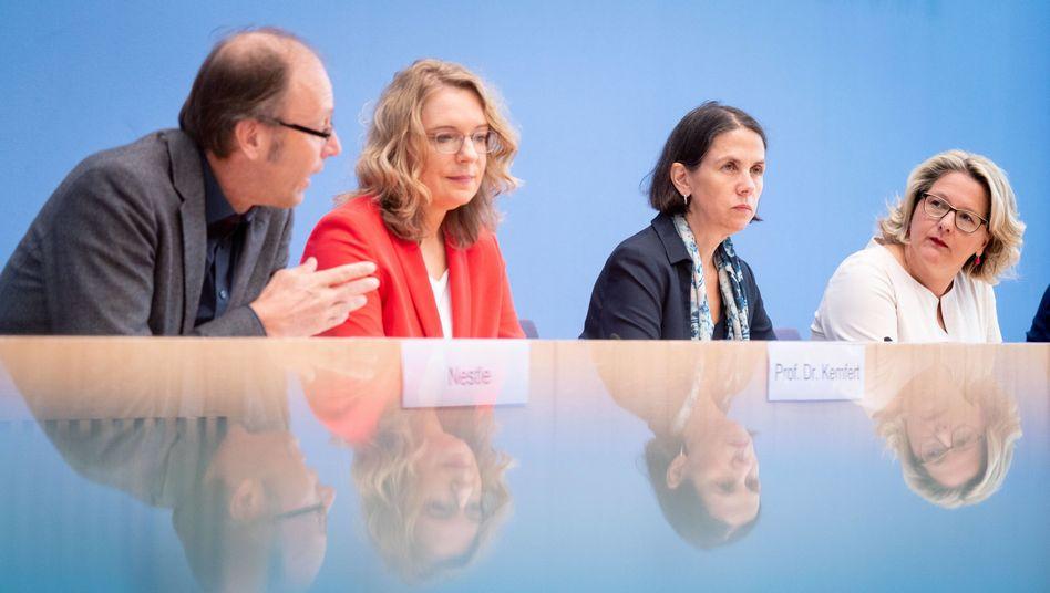 Die Ökonomin Claudia Kemfert (2.v.l.) ist eine gefragte Beraterin - auch im Bundesumweltministerium. Unter anderem deshalb ist sie mittlerweile eine Zielscheibe für Energiewendekritiker