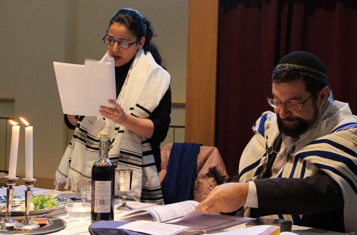 Dana Zeimer und Rabbi Moshe Navon beim Pessach-Fest in Hamburg