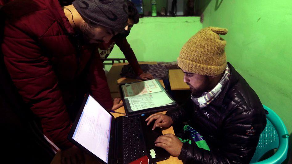 Traum von Online-Normalität: Ein indischer Student nutzt seinen Computer in einem Internetcafé