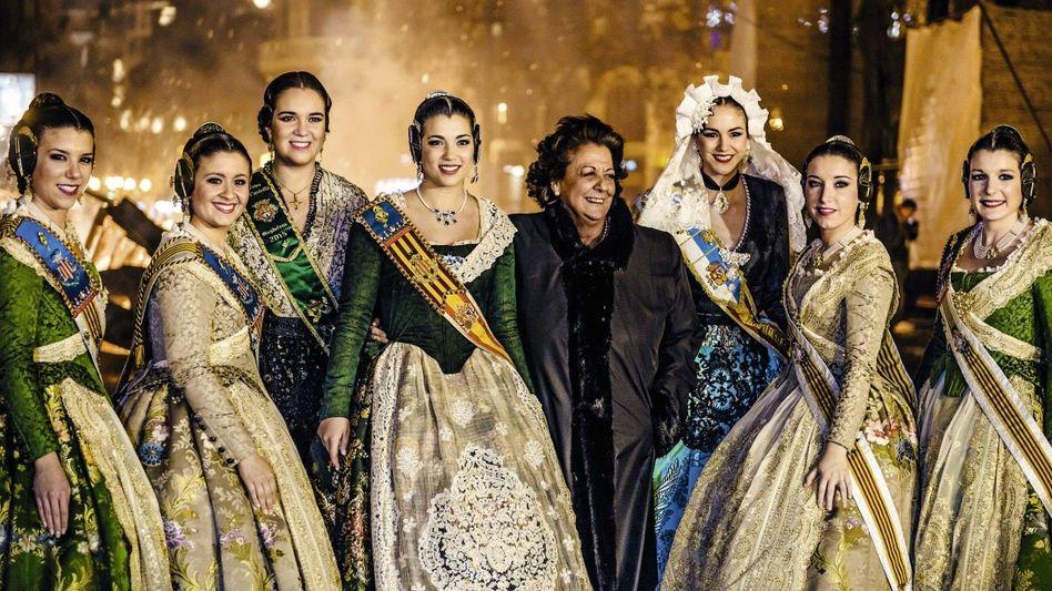 Bürgermeisterin Barberá (M.) beim Volksfest: Tiefe Löcher in der Kasse der Metropole