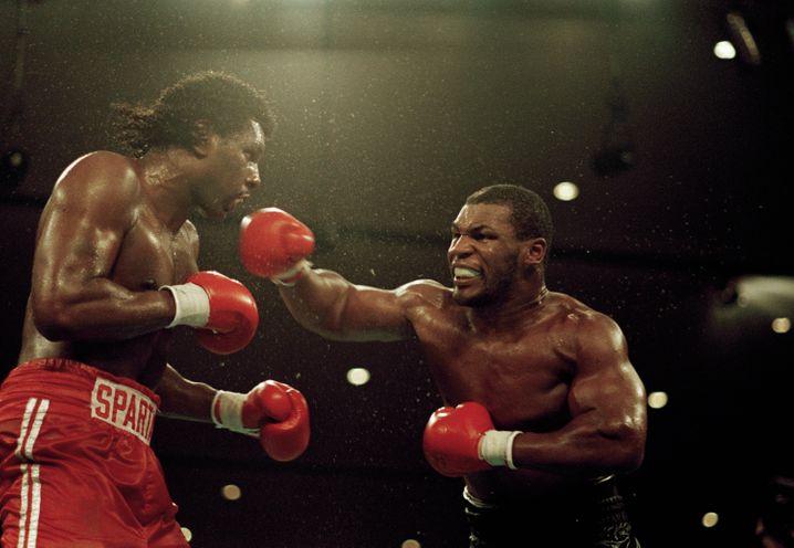 Tyson (rechts) in jungen Jahren: Das Foto entstand beim Kampf gegen Tony Tucker 1987