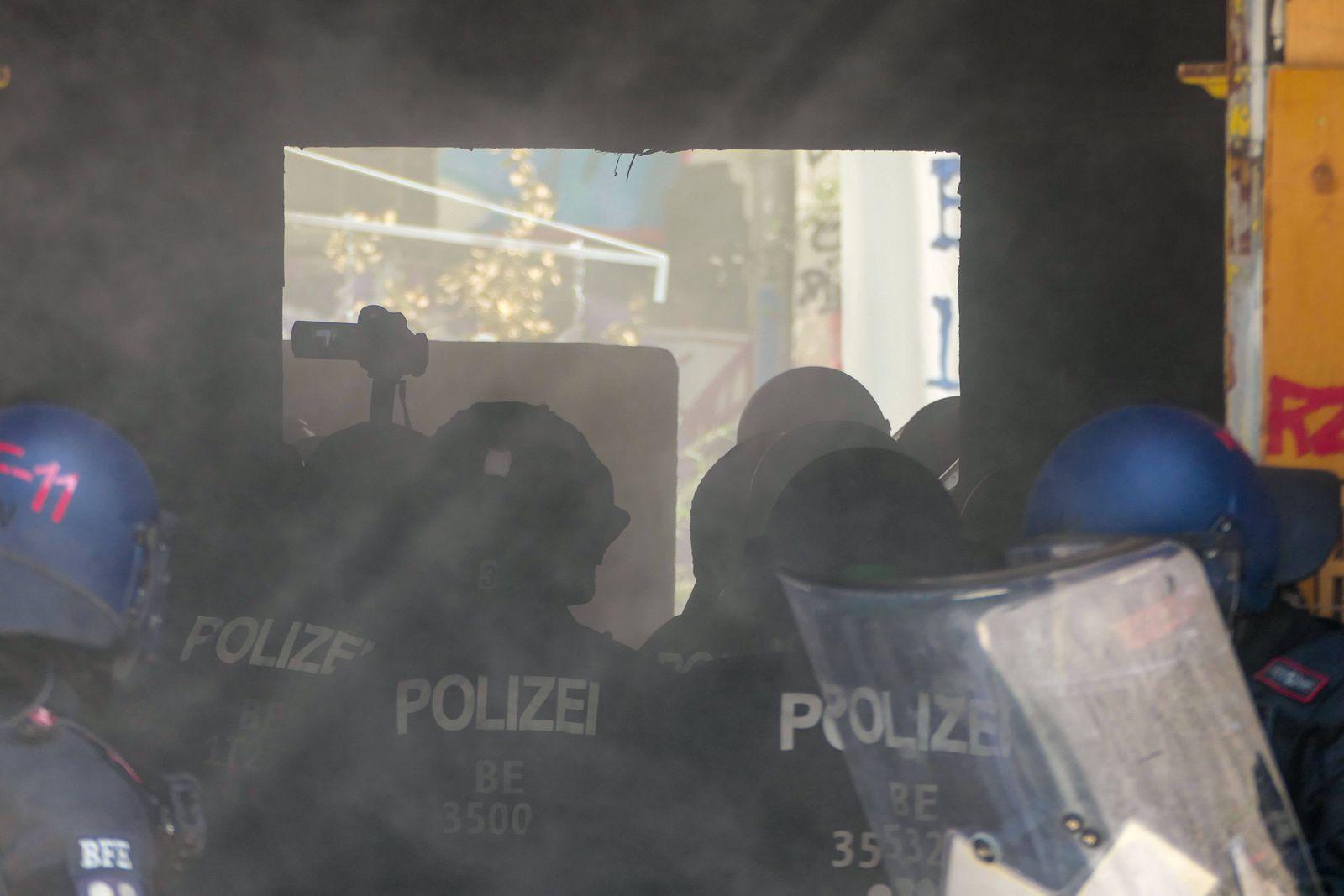 17.06.2021,Berlin,Deutschland,GER,Rigaer Straße 94 im Bezirk Friedrichshain.Eine Brandschutzprüfung im Haus wird durch d